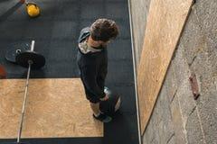 Männlicher Crossfit-Trainer, der Wand-Ball tut lizenzfreies stockfoto