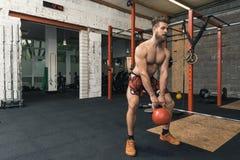 Männlicher Crossfit-Trainer-schwingvieh Bell stockbilder