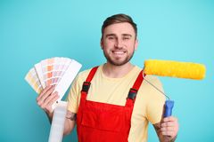 Männlicher Dekorateur mit Palette und Rolle lizenzfreies stockfoto