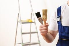 Männlicher Dekorateur mit Pinseln im leeren Raum Raum für Text stockbilder