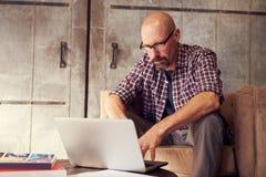 Männlicher Designer In Modern Office, das an Laptop arbeitet Lizenzfreie Stockbilder