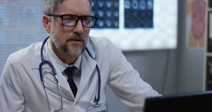 Männlicher Doktor, der beim Videoanruf spricht stock video footage