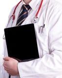 Männlicher Doktor, der ein Digital-Tablet verwendet Lizenzfreies Stockbild