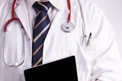 Männlicher Doktor, der ein Digital-Tablet verwendet Stockfotografie