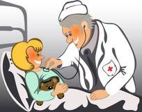 Männlicher Doktor, der ein Kind überprüft Lizenzfreie Stockfotos