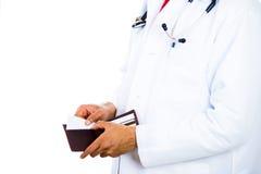 männlicher Doktor, der eine Geldbörse hält und eine Karte auszieht stockfoto