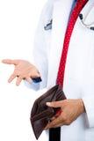 Männlicher Doktor, der eine Geldbörse hält und eine Karte auszieht stockbild