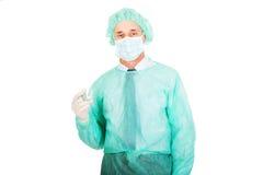 Männlicher Doktor, der eine Spritze anhält Lizenzfreie Stockbilder