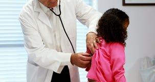 Männlicher Doktor, der einen Patienten überprüft stock video