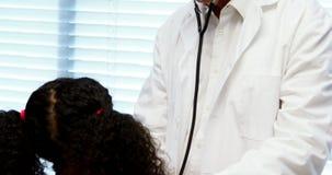 Männlicher Doktor, der einen Patienten überprüft stock video footage