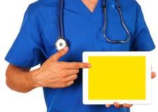 Männlicher Doktor, der leere digitale Tablette lokalisiert auf weißem backg hält Lizenzfreie Stockfotografie