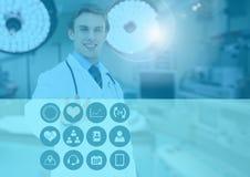 Männlicher Doktor, der medizinische Ikonen auf Schnittstellenschirm berührt Lizenzfreie Stockfotografie