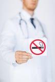 Männlicher Doktor, der Nichtraucherzeichen hält Stockbilder