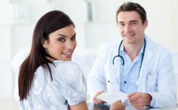Männlicher Doktor, der seinem Patienten eine Verordnung gibt Stockfoto