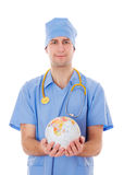 Männlicher Doktor hält Weltkugel in seinen Händen. lizenzfreie stockbilder