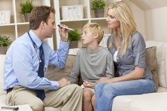 Männlicher Doktor Home Visit Examining Child mit Mutter Lizenzfreies Stockfoto