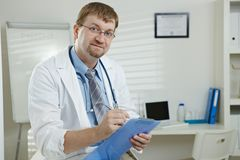 Männlicher Doktor im Büro Stockfotografie
