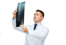 Männlicher Doktor im weißen Mantel, der Röntgenstrahl betrachtet lizenzfreie stockbilder