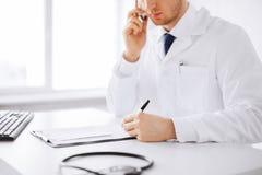 Männlicher Doktor mit Kapseln Stockbild