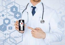 Männlicher Doktor mit Stethoskop und virtuellem Schirm Stockfotos
