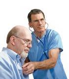Männlicher Doktor und älterer Patient Stockfoto