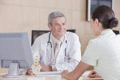 Männlicher Doktor und Patient Stockfotos