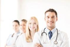 Männlicher Doktor vor medizinischer Gruppe Lizenzfreie Stockfotos
