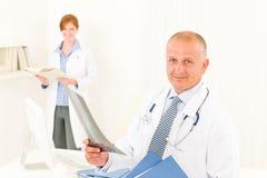 Männlicher Einflussröntgenstrahl des Arztteams lizenzfreie stockfotos