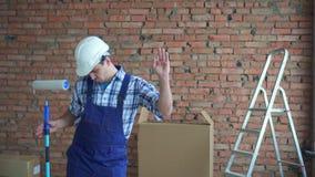 Männlicher Erbauer in der Arbeitsform, nett tanzt stock footage
