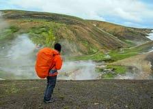 Männlicher erwachsener Wandererabenteurer, der mit dem schweren Rucksack zurück steht Betrachten das im Freien wandert, herein dä stockfotos