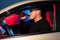 Männlicher Fahrer auf dem Hintergrund des Polizeiwagenlichtes Lizenzfreie Stockfotografie
