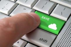 Männlicher Finger des Geschäftskonzeptes, der Abwehr auf Wolkenschlüssel zeigt stockfotografie