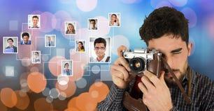 Männlicher Fotograf, der Kamera durch das Fliegen von Porträts über bokeh verwendet Lizenzfreie Stockbilder