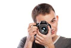 Männlicher Fotograf mit der Kamera getrennt auf Weiß stockbilder