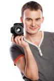 Männlicher Fotograf mit der Kamera getrennt auf Weiß stockfotografie
