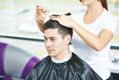 Männlicher Friseur bei der Arbeit Lizenzfreie Stockbilder