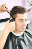 Männlicher Friseur bei der Arbeit stockfoto