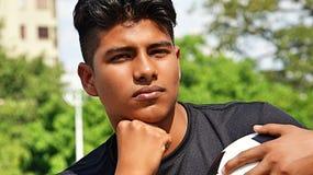 Männlicher Fußball-Spieler, der eine Entscheidung trifft Stockfoto