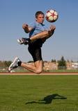 Männlicher Fußballstoß Lizenzfreie Stockfotografie