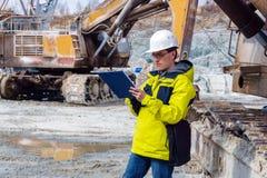 Männlicher Geologe oder Mineningenieur bei der Arbeit stockbild