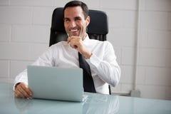 Männlicher Geschäftsmann, der mit Kopfhörern spricht Stockbild