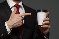 Männlicher Geschäftsmann, der Schale mit Kaffee in den Händen hält Lizenzfreie Stockfotos