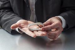 Männlicher Geschäftsmann mit kostbarem Schmuck in den Händen Lizenzfreie Stockfotos