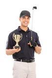 Männlicher Golf spielender Meister, der einen Goldcup hält lizenzfreies stockfoto