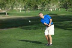 Männlicher Golfspieler auf Golfplatz Lizenzfreies Stockfoto