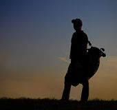 Männlicher Golfspieler bei Sonnenuntergang Lizenzfreie Stockbilder