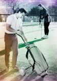 Männlicher Golfspieler wählt rechten Brassy lizenzfreie stockfotos