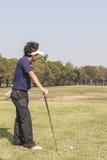 Männlicher Golfspielerspieler, der weg vom Golfball von T-Stück Kasten abzweigt Stockfotografie