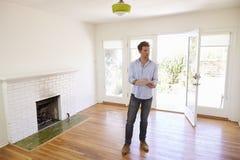Männlicher Grundstücksmakler mit Digital-Tablet, das um Haus schaut lizenzfreies stockfoto