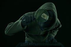 Männlicher Hacker, welche nach Informationen sucht Lizenzfreie Stockfotografie